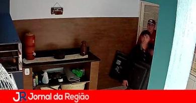 Câmeras flagram dupla furtando residência