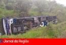 Ônibus capota com passageiros em Cajamar