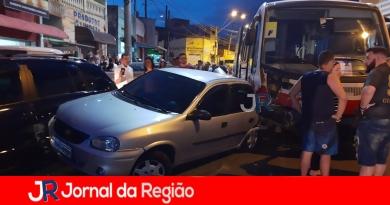 Ônibus bate em vários carros e deixa feridos