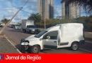 Carro derruba poste na Samuel Martins