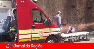 Bombeiros socorrem motociclista que bateu em paredão