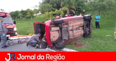 Carro capota na Geraldo Dias