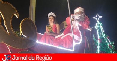 Papai Noel chega ao lado de Miss em Várzea