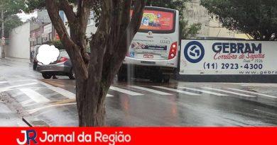 Carro e ônibus batem na Vila Arens