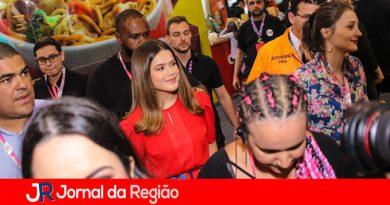 Maisa Silva é cercada por seguranças em evento
