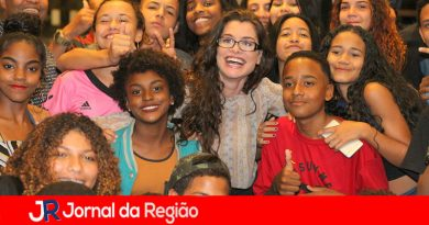 Alinne Moraes recebe jovens em peça de teatro
