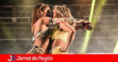 Anitta faz show sensual com bailarina